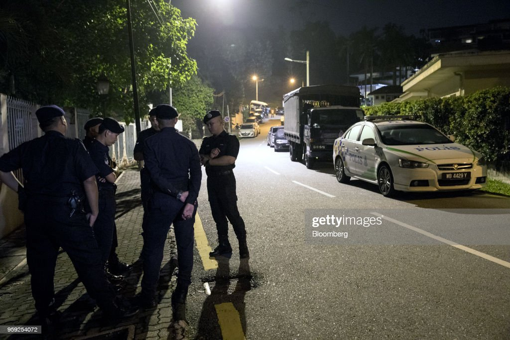 Police officers stand outside the residence of Najib Razak, Malaysia's former prime minister, in Kuala Lumpur, Malaysia, on Thursday, May 17, 2018. Malaysia's Prime Minister Mahathir Mohamad said he wouldn't cut a deal with Najib if any wrongdoing was found in a corruption probe into state fund 1MDB. Najib has repeatedly denied wrongdoing after 2015 revelations that around $700 million -- alleged to be 1MDB funds -- appeared in his personal accounts before the prior election in 2013. Photographer: Sanjit Das/Bloomberg via Getty Images