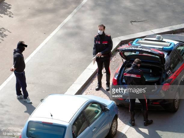 """police officials enforcing covid """"stay home"""" decree, italy - carabinieri foto e immagini stock"""