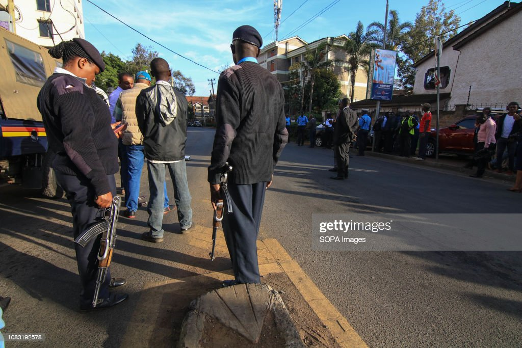 Police officials seen taking positions in Nairobi after the... : Foto jornalística