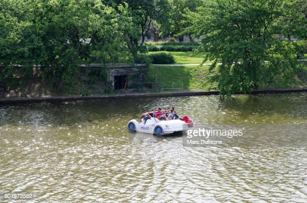 Pedal Polizeiboot auf künstlichen See von Budapest Városliget Park ein weiteres Tretboot verhaften