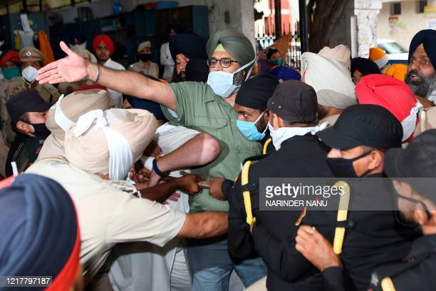 Police Personnel try to stop members ofShiromani Akali Dal party andSikh Youth Federation Bhindranwala while they arrive to offer Ardas prayers,...