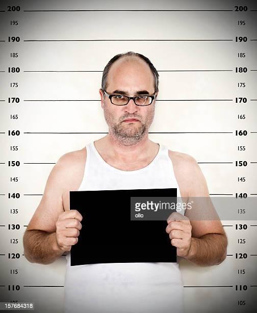 Polizei verhaftet Foto von Mann mit Messung Größe auf der Rückseite
