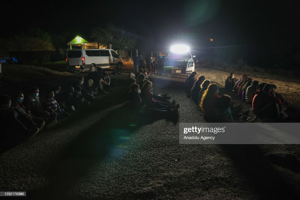 Migrants cross into Texas from Mexican border : News Photo