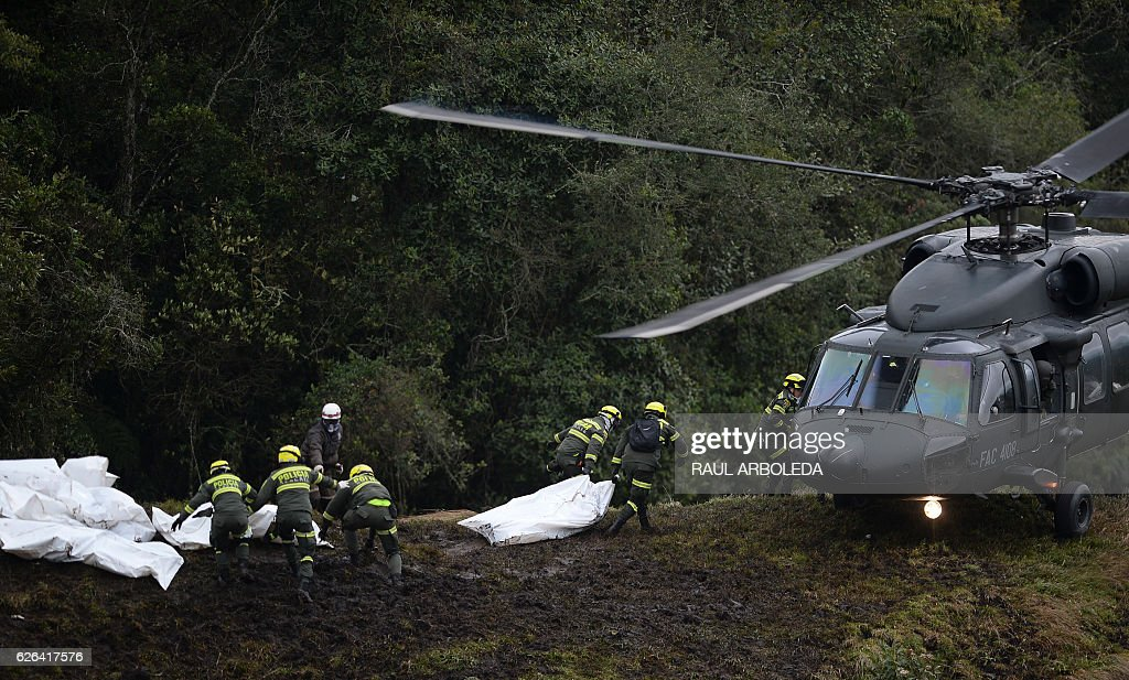 TOPSHOT - Police rescue teams recover the bodies of victims of the LAMIA airlines charter that crashed in the mountains of Cerro Gordo, municipality of La Union, Colombia, on November 29, 2016 carrying members of the Brazilian football team Chapecoense Real. A charter plane carrying the Brazilian football team crashed in the mountains in Colombia late Monday, killing as many as 75 people, officials said. / AFP / STR / Raul ARBOLEDA