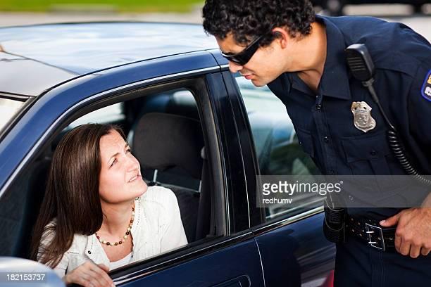 Police de parler avec femme chauffeur