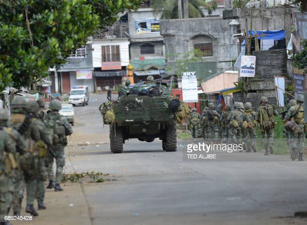 Police special forces prepare to assault the hideout of militants near the city hall in Marawi in southern island of Mindanao on May 28 2017 Islamist...