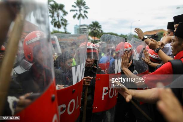 Police stand guard in front of the US Embassy in Kuala Lumpur Malaysia on December 08 2017 Malaysian Muslims including members of the ruling parties...