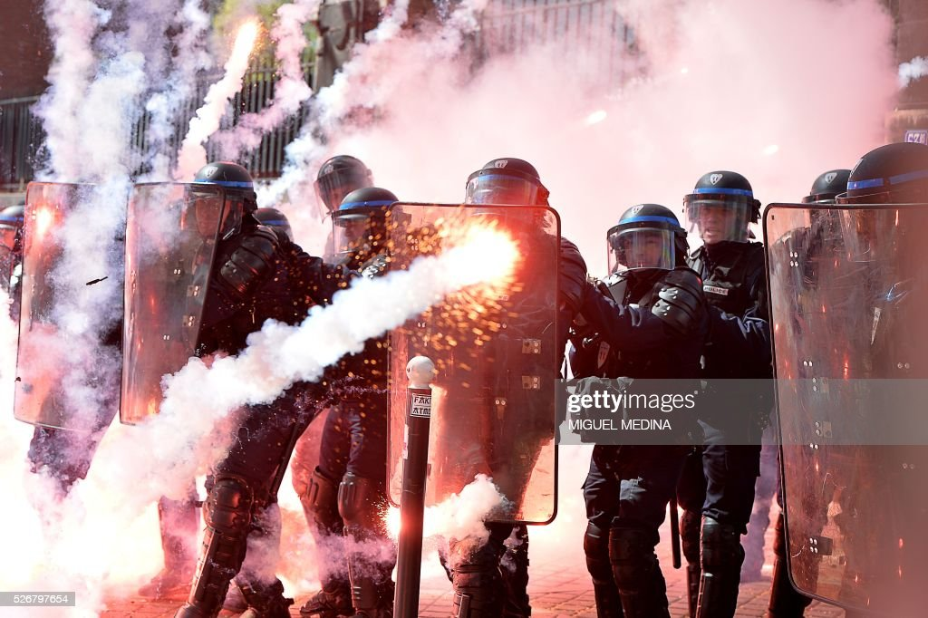 TOPSHOT - Police stand in formation as they clash with protesters at a traditional May Day demonstration on May 1, 2016, in Paris. / AFP / MIGUEL