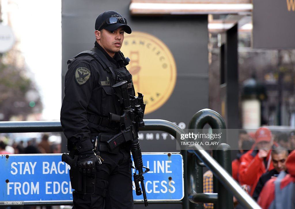 Police stand watch at Super Bowl City as fans participate in activities before the start of Super Bowl 50 February 5, 2016 in San Francisco, California. / AFP / Timothy A. CLARY