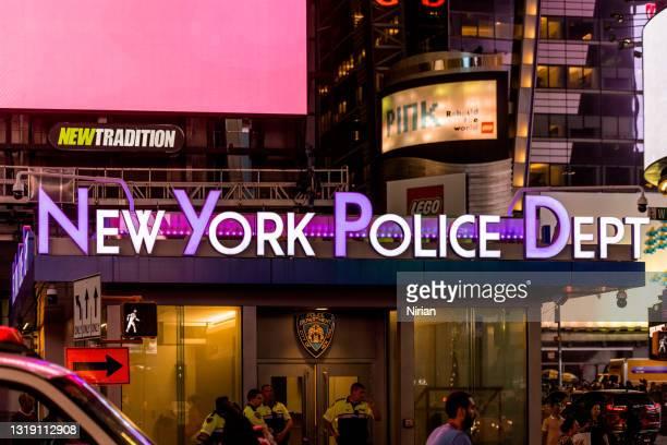 ニューヨーク市タイムスクエアのnypd警察署 - 警察署 ストックフォトと画像