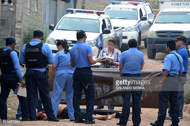 Police surround the body of a woman murdered in Tegucigalpa, on April 26, 2016. / AFP / ORLANDO SIERRA