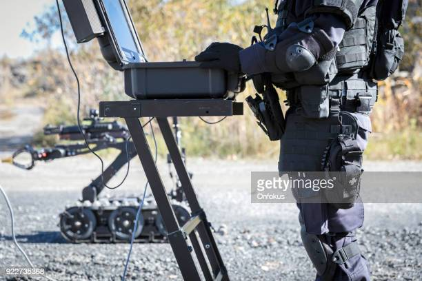police swat officer using a mechanical arm bomb disposal robot unit - detonator imagens e fotografias de stock