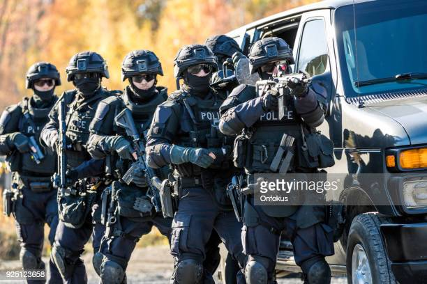 police swat team at work - armi foto e immagini stock