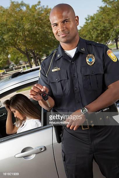 Police à emporter vos clés pendant le trafic arrêt femme Contrarié
