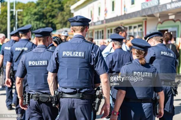 polizia a piedi all'oktoberfest di monaco - cultura tedesca foto e immagini stock