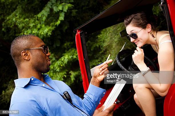 Polizist Verkehr gibt Frau Fahrer ein ticket zur Beschleunigung. Fahrzeug.