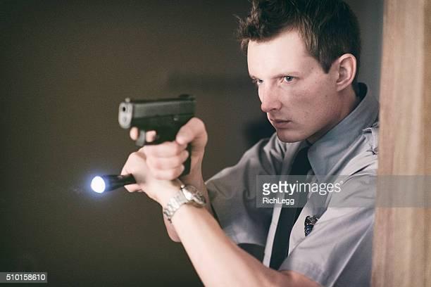 Policier à la recherche d'une chambre sombre