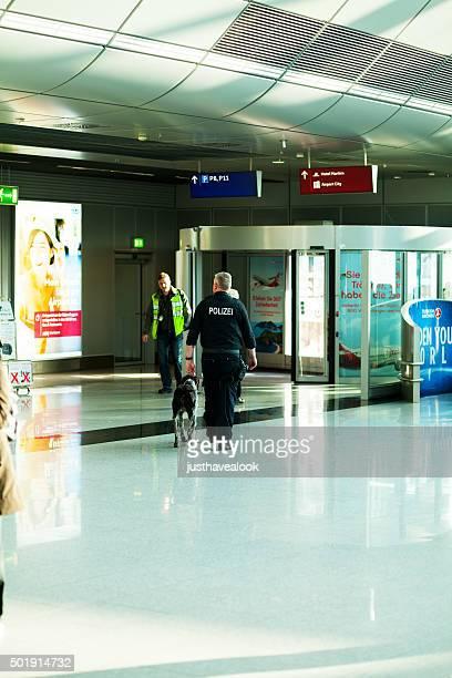 Polizist wit Hund im Flughafen Düsseldorf