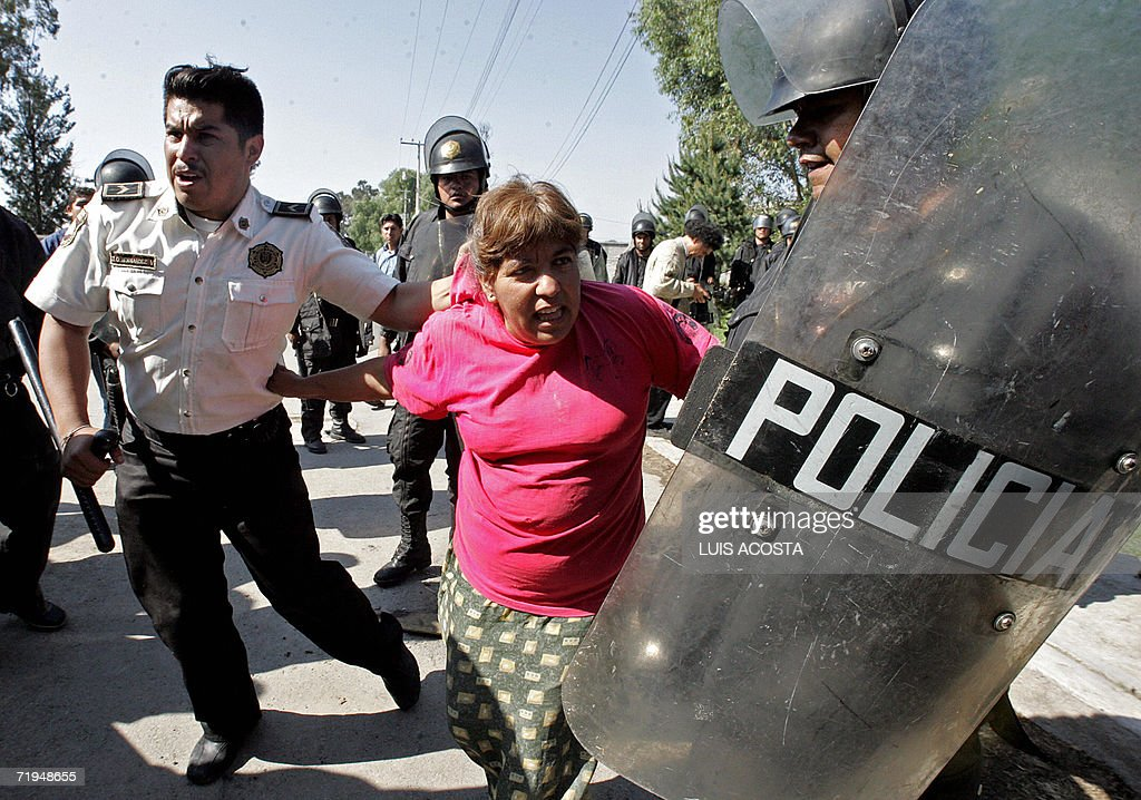 Policemen arrest a inhabitant of San Sal : News Photo
