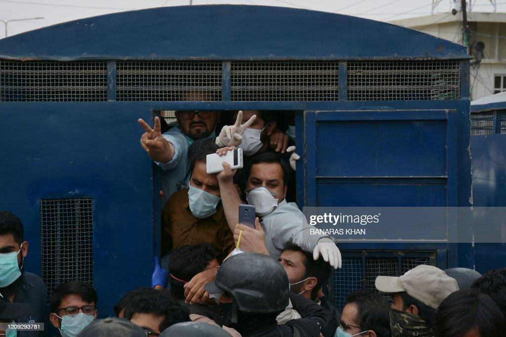 TOPSHOT-PAKISTAN-HEALTH-VIRUS : News Photo