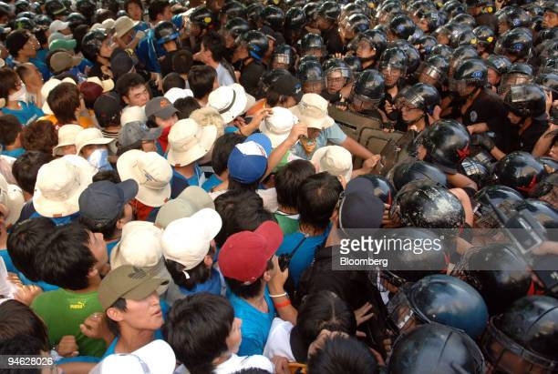 Policemen block antiUS protesters as they try to march towards the US embassy during the FTA meeting between South Korea and the United States in...