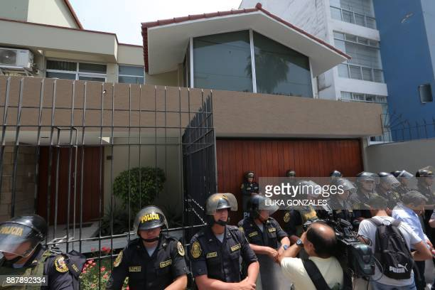 Policemen guard Fuerza Popular party's offices in Surco a district of Lima during a search by the public prosecutor's office on December 7 2017...