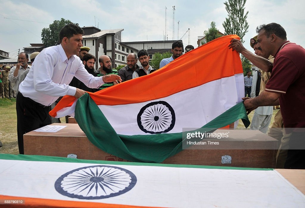Jammu And Kashmir Chief Minister Mehbooba Mufti Pays Tribute To The Three Policemen Killed In Srinagar Terror Attack : ニュース写真
