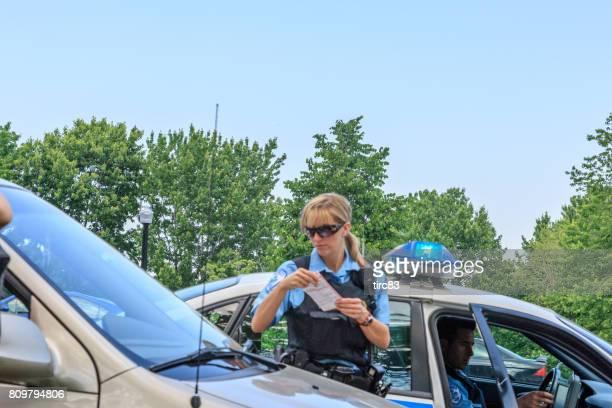 Policière, contraventions de stationnement