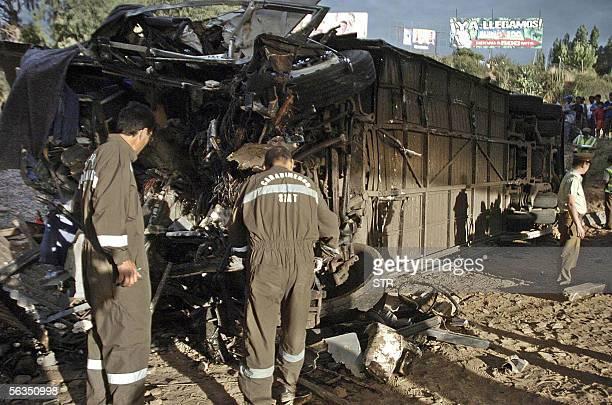 Policias de investigaciones revisan un autobus que se accidento dejando hasta ahora cinco muertos y una veintena de heridos en la carretera al sur de...