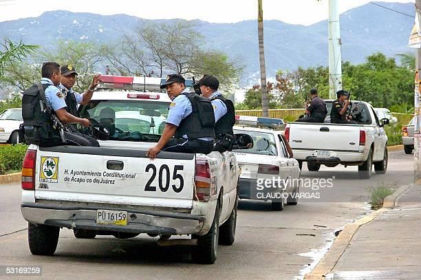 Policias patrullan las calles del popular balneario Acapulco el 29 de junio de 2005 luego de una ola de violencia que dejo como saldo un policia...