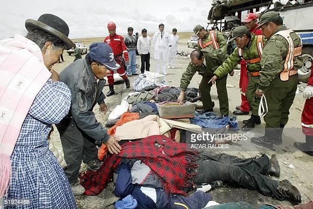 Policias y civiles proceden a reconocer el 07 de enero de 2005 a victimas de un accidente de transito provocado por el choque de tres autobuses a la...