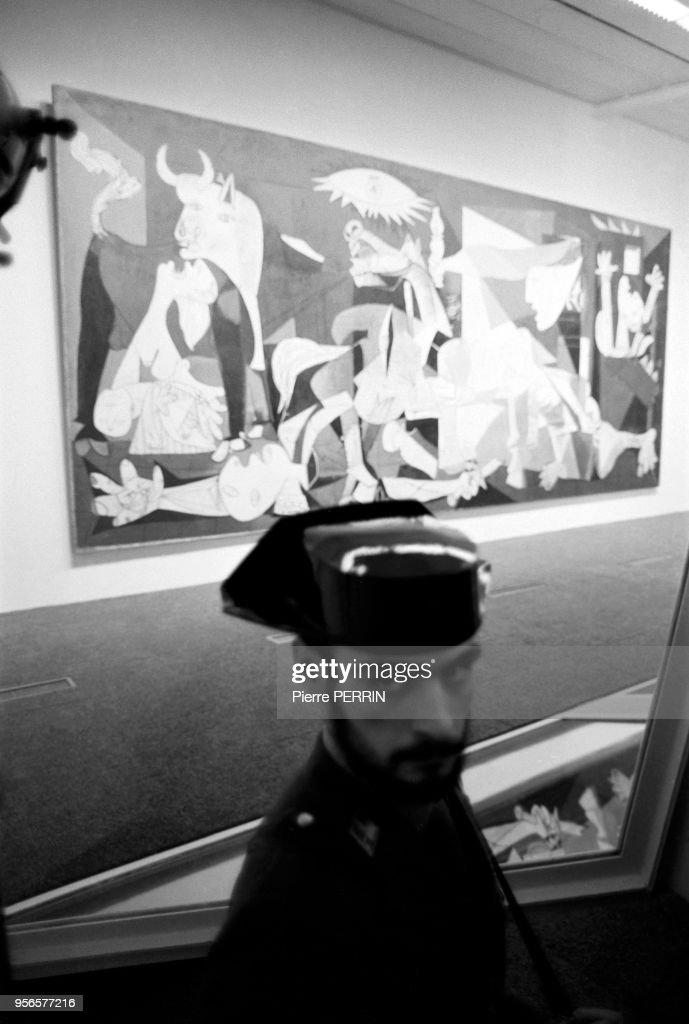 Policier Devant Le Celebre Tableau De Pablo Picasso Guernica Au News Photo Getty Images