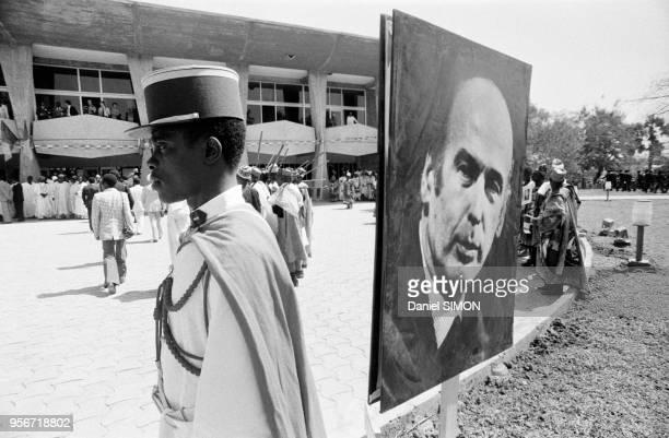 Policier près d'une représentant Valéry Giscard d'Estaing lors de la visite officielle du président français à Yaounde le 9 février 1979 Cameroun