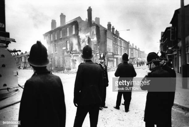 Policiers après les émeutes raciales dans le quartier de Toxteth à Liverpool en juillet 1981 RoyaumeUni