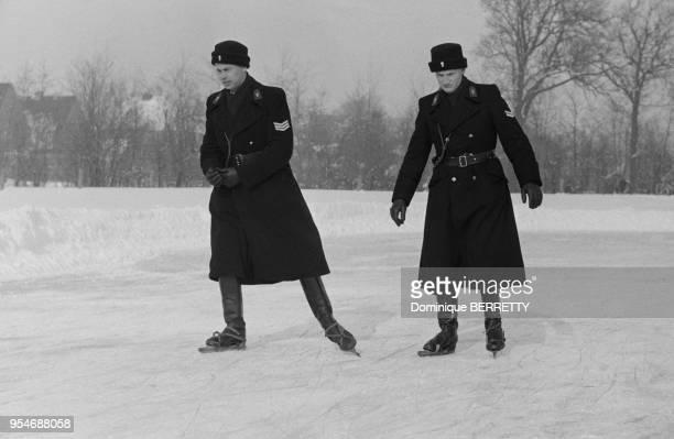 Policiers faisant du patin à glace dans un parc aux PaysBas