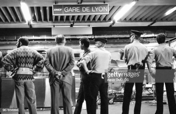 Policiers à la Gare de Lyon après une collision entre deux trains ayant fait une quarantaine de victimes à Paris, le 28 juin 1988, France.