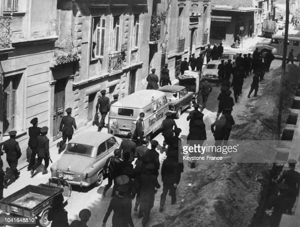Policiers se déployant dans les rues d'Athènes Grèce le 15 avril 1967