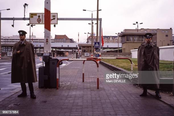 Policiers à un point de passage le long du mure de Berlin le 7 octobre 1989 Allemagne