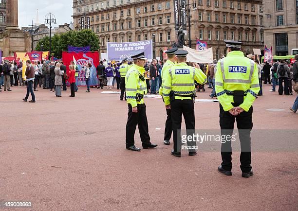 polizei eine demonstration - theasis stock-fotos und bilder