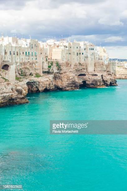 polignano a mare buildings facing adriatic sea - les pouilles photos et images de collection