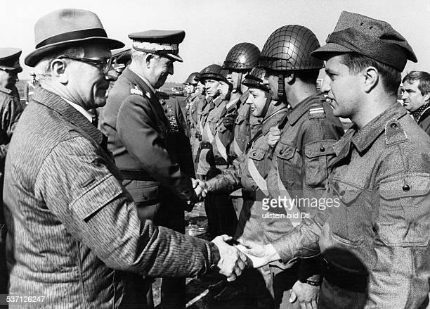 Poliker SED DDR Erster Sekretär des ZK der SED 19711989 Staatsratsvorsitzender 19761989 Truppenbesuch während des Manövers der Warschauer Pakt...