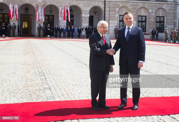 Polish President Andrzej Duda and President of Singapore Tony Tan Keng Yam attend a welcoming ceremony at the Presidential Palace in Warsaw, 22 May,...