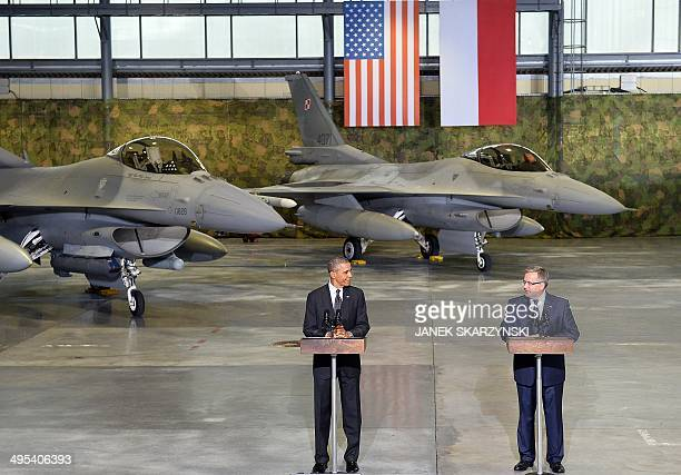 Polish President Bronislaw Komorowski and US President Barack Obama address US and Polish airmen in front of a F16 fighter jet in a hangar at Warsaw...