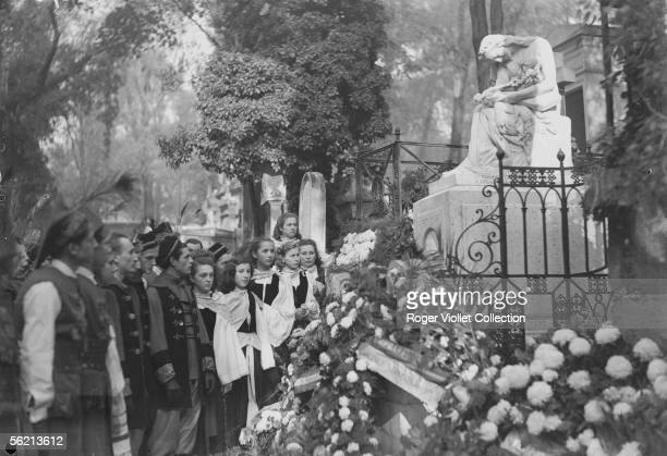 Polishes giving homage to Frederic Chopin on his tomb for the death's centenary Paris cemetery of PereLachaise november 1949