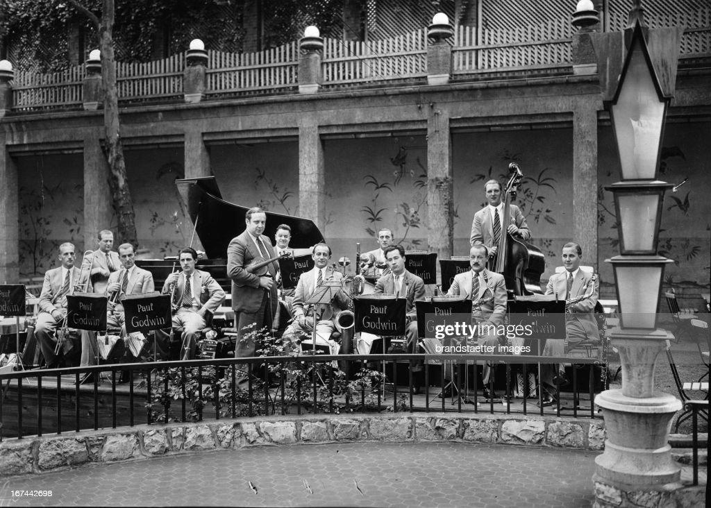 Polish-German violinist and orchestra leader Paul Godwin and his orchestra. 1931 Photograph. (Photo by Imagno/Getty Images) Der polnisch-deutsche Geiger und Orchesterleiter Paul Godwin mit seiner Kapelle. 1931. Photographie.