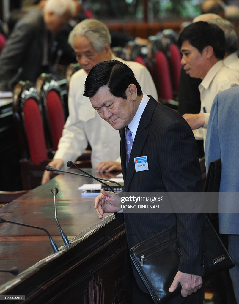 Politburo member and standing member of the Secretariat of the Central Committee of the Communist Party Truong Tan Sang (C) looks for his seat prior to the opening of the National Assembly's summer session in Hanoi on May 20, 2010. Vietnam's communist-dominated legislature is to consider adopting a 'more humanitarian' method of executing criminals, at its month-long session, according to an official document. AFP PHOTO/HOANG DINH Nam