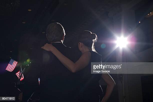 Ein politcian und seine Frau auf eine Politische Versammlung