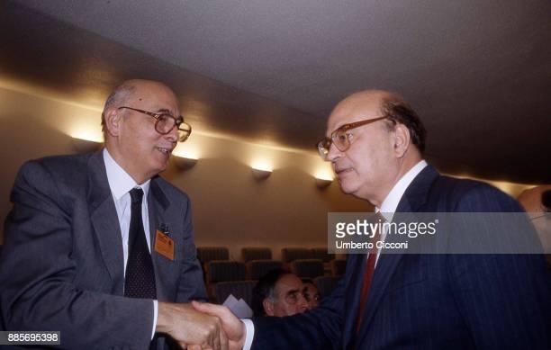 Politician Bettino Craxi shakes the hand of Giorgio Napolitano at the Socialist International in Berlino 1990