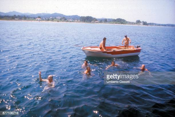 Politicians Bettino Craxi Felipe González Mário Soares and Andreas Papandreou swimming together in Portugal in 1981 They were in Portugal for a...