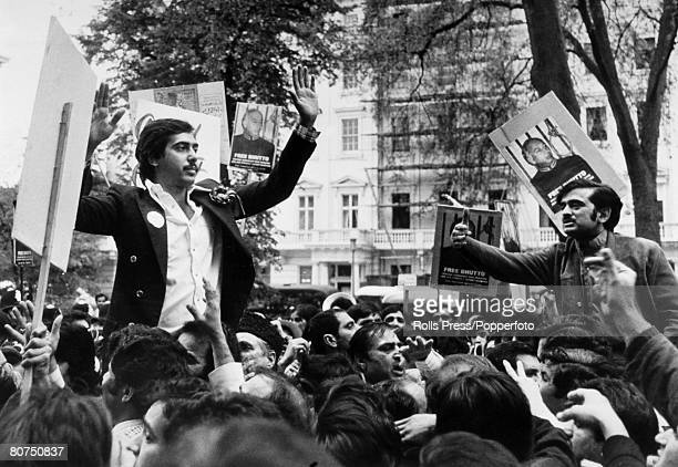 Politics, London England 1978, Murtaza Bhutto, son of former Pakistan Prime Minister Ali Bhutto and student at Oxford University demostrates outside...